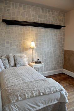 décoration de mur avec tapisserie et pages de livres