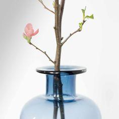 GreenGate  Vase Amanda groß, blau  Die wunderschöne tiefblaue Vase im angesagten Vintagelook von Greengate transportiert einen in die Tiefen des Ozeans und und macht überall eine gute Figur.