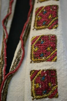 Popular Folk Embroidery Romanian blouse - ie - detail.