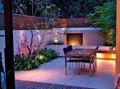 petit jardin sur la terrasse extérieure avec un coin repas