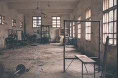 I love the 'hardcore' 'not fancy' style of this gym ! Crossfit Equipment, Crossfit Box, Boxing Club, Boxing Gym, Dream Gym, Gym Images, Gym Junkie, Gym Decor, Jungle Gym