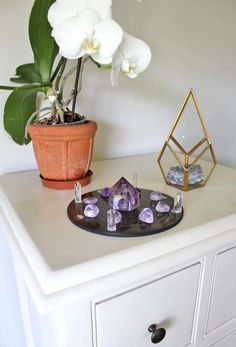 Read Ethan Lazzerini's guide to crystal grid placement. It contains tips and dos and don'ts to keep in my when placing a crystal grid in your living space. Crystal Uses, Crystal Grid, Crystal Healing, Healing Stones, Quartz Crystal, Crystals And Gemstones, Stones And Crystals, Crystal Bedroom, Home Altar