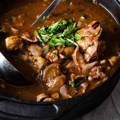 En härligt mustig kycklinggryta med tomat, örter och bacon. Den kan göras snabbt med kycklinglårfilé och buljong, eller från grunden med hel kyckling. Så gott med potatispuré till! /Rikard #3kockar7kds #kycklinggryta #vardagsmat #middagstips Weekday Meals, Swedish Recipes, So Little Time, Homemaking, Bon Appetit, Love Food, Bacon, Recipies, Dinner Recipes