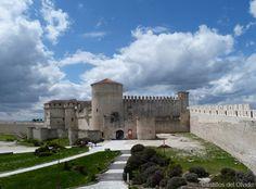 El castillo de Cuéllar se encuentra situado sobre la llamada ciudadela, en la parte más alta de Cuéllar, provincia de Segovia, Comunidad Autónoma de Castilla y León, (España).  Mas información: http://castillosdelolvido.es/castillo-de-cuellar/