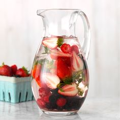 The 23 Best Flavored Water Recipes of All Time – Food for Healty Best Flavored Water, Cucumber Infused Water, Flavored Water Recipes, Granada, Natural Detox Water, Steak Dinner Sides, Fruit Water, Detox Recipes, Juicer Recipes