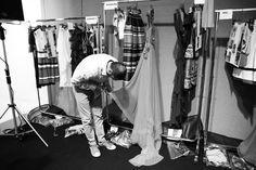 Dernière retouches dans les coulisses du défilé Alberta Ferretti http://www.vogue.fr/mode/inspirations/diaporama/journal-de-la-fashion-week-printemps-ete-2014-a-milan-jour-1/15279/image/838839#!16h45-derniere-retouches-dans-les-coulisses-du-defile-alberta-ferretti