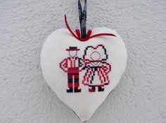 Coeur Alsace.Couple d' alsacien brodé sur lin blanc : Décorations murales par l-alsace-au-coeur-de-bernadette