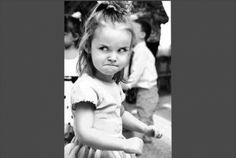にらめっこしているの 何かに、怒っているような女の子。にらめっこいるの。にらめっこは、外国でもあるのです。どんな仮面、衣装で、笑わせようかな