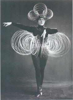 OSKAR SCHLEMMER || DAS TRIADISCHE  BALLET || Ballet Triádico