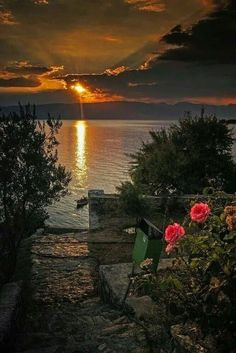 for a couple to sit by the sea, watching an elegant sunset😍❤ Beautiful Sunset, Beautiful World, Beautiful Images, Amazing Sunsets, Amazing Nature, Skier, Sunset Pictures, Sky And Clouds, Belle Photo