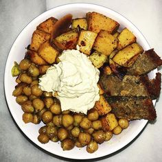 Apres une séance de Yoga, un bouddha bowl me paraît logique 🍃 . . . . . . . #buddhabowl #sweetpotato #whatveganseat #vegansofmadrid #vegetables #fruits #tomate #govegan #onthego #vegetalienne #blogueuse #blog #bienetre #wellness #vegan #organicfood #eatclean #veganfoodshare #vegangirl #greenlifestyle #frenchie #igers #vsco #vscocam #blogueuselyonnaise #veggies #foodie #veganinspo #foodprep #healthyfood