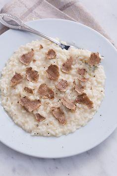 Risotto al tartufo: una cremosa base di risotto al Parmigiano impreziosita dalla pregiata varietà di tartufo. [Truffle risotto]