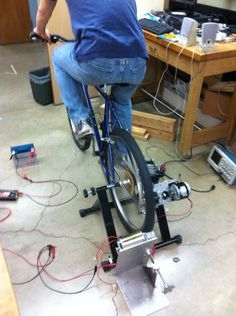 Using a few easily accessible parts, you can make a bicycle generator that can power various electronic appliances, such as laptops and batteries! Materials needed:. Wind Power, Solar Power, Solar Energy, Survival Tips, Survival Skills, Homestead Survival, Urban Survival, Pimp Your Bike, Power Generator