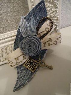 Artisanats Denim, Denim And Lace, Fabric Art, Fabric Crafts, Sewing Crafts, Fabric Flower Brooch, Fabric Flowers, Textile Jewelry, Fabric Jewelry