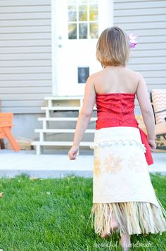 Create the perfect princess Halloween costume with this easy DIY Moana costume. This easy to make Halloween costume is perfect for your island princess. Moana Costume Diy, Moana Halloween Costume, Halloween Costumes For Girls, Girl Costumes, Halloween Ideas, Moana Party Decorations, Princess Costumes For Girls, Moana Outfits, Day Dresses