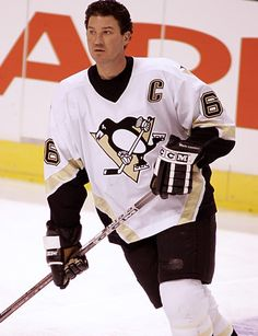 Mario Lemieux of the Pittsburgh Penguins (1,723 points) -- not a fan of the team, but he's definitely a legend.