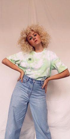 Tie Dye Tutorial, Diy Tie Dye Video, Shirt Tutorial, Cute Tie Dye Shirts, Black Tie Dye Shirt, T Shirt Diy, Tye Dye, Bleach Tie Dye, Tie Dye Outfits