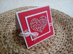 valentýnské+srdce+červeno+bílé+přání+vhodné+jako+valentýnka+nebo+jako+blahopřání+ke+svatbě+červená+embossovaná+čtvrtka+s+motivem+puntíků,+filigránové+srdce+-+kartonový+výřez+(chipboard),+dozdobeno+bílou+stužkou+a+perličkou+velikost+13,5+x+13,5+cm,+bez+textu,+s+obálkou,+baleno+do+celofánu