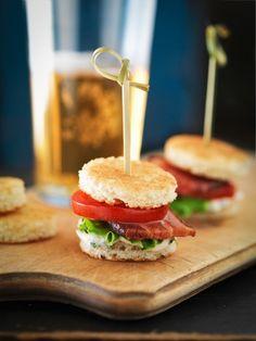 geroosterd brood, tomaatje, sla en een stukje vis of vlees. stokkie erdoor, hapje klaar...