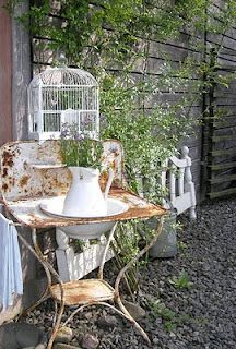 Old wash stand in the garden Shabby Cottage, Shabby Chic Homes, Shabby Chic Decor, Vintage Decor, Vintage Tub, Rustic Decor, Dream Garden, Garden Art, Antique Wash Stand