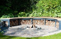Rund bålplads til haven lavet af firkantede træstykker