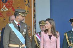 """Los Príncipes muestran una vez más su """"amor real"""" con una complicidad absoluta en el desfile de las Fuerzas Armadas"""