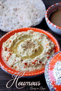 Houmous libanais fait maison avec des pois chiches cuits agrémentés de citron, ail, cumin. Servi en mezze (entrée) avec un pain pita