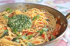 Una gustosa variante ai classici spaghetti al tonno; gli spaghetti al tonno pomodorini e pesto alla genovese, un primo piatto sicuramente da provare.