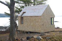 La pequeña cabaña se encuentra en la desembocadura del río Sheepscott en Westport, Maine. La cabaña multifuncional, se desempeña como un estudio, dormitorio y  casa -bote.