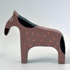 Koník+fialový+Koník+je+vyřezaný+z+lipového+dřeva,+ručně+malovaný+akrylovými+barvami+a+voskem,+je+zdravotně+nezávadný.+Velikost+12+x+14+cm.