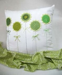 Almohadon con apliques crochet Maria L.Bertolino/ www.pinterest.com...