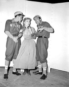 Frank Sinatra, Elizabeth Taylor & Gene Kelly during filming of Take Me Out to the Ball Game and Little Women 1949 Old Hollywood Stars, Classic Hollywood, Vintage Hollywood, Hollywood Style, Hollywood Glamour, I Movie, Movie Stars, Stanley Donen, An American In Paris