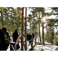 Sieht aus wie ein Wanderausflug, war aber ein Designausflug. Denn @artipelag liegt mitten in den Stockholmer Schären, versteckt zwischen Granitfelsen und hohen Bäumen. Ein Ausflug in die Schären lohnt sich nicht nur im Sommer!