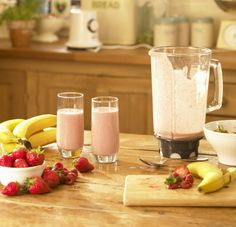 Learning how to make a smoothie is easy. And once you master a few simple tricks, you can learn how to make fruit smoothies of all kinds. Here are also a number of smoothie recipes. Strawberry Banana Smoothie, Fruit Smoothies, Healthy Smoothies, Healthy Drinks, Smoothie Recipes, Healthy Snacks, Healthy Eating, Homemade Smoothies, Fruit Diet
