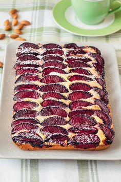 Миндальный пирог со сливами Тающее во рту миндальное тесто и много ароматных слив - это формула идеального пирога. Приготовьте сразу двойную порцию теста и уберите половину в холодильник. Вам обязательно захочется испечь этот пирог еще раз.