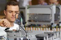 Automatisierungstechnik und Robotik (B.Eng), auch dual   Hochschule Coburg Die Automatisierung ihrer Produktionsprozesse ist für alle Industriezweige in Deutschland ein wichtiger Wettbewerbsfaktor. Elektroingenieure mit fundierten Kenntnissen in der Automatisierung und Robotik tragen wesentlich dazu bei, die Qualität und die Effizienz der Fertigung ständig zu verbessern. Sie sind daher gefragte Mitarbeiter mit sehr guten Verdienst- und Karrieremöglichkeiten.