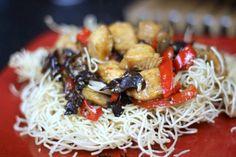 Smażony Makaron z Kurczakiem to sztandarowe danie z kuchni chińskiej. Kurczak smakuje niebywale i jest łatwy w przygotowaniu, zostaw nam feedbak !