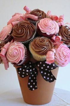 I would change the color of the cupcakes and ribbons according to the holiday! 7 cupcakes, a terra cotta pot, half of a styroball, toothpicks and ribbon. Cake Pops, Cupcakes Bonitos, Yummy Treats, Sweet Treats, Decoration Patisserie, Little Presents, Festa Party, Macaron, Cupcake Cookies
