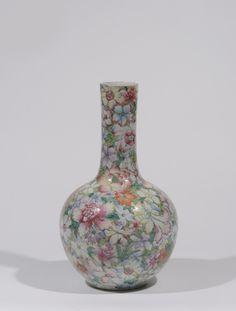 Vase tianqiuping en porcelaine à décor mille fleurs. CHINE - Période Minguo  Marque apocryphe Qianlong sur la base  H: 42.0 cm Adjugé: 1200 €