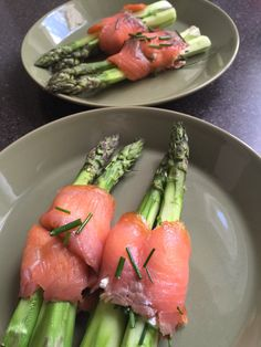 Uunissa paahdettuja parsoja ja piparjuurituorejuusto-kylmäsavulohikääreessä.  Näppärä alkuruoka. Uunissa parsoista tulee omaan makuun kivan rapsakoita eikä lötköjä.  Parsoista leikataan puinen osa, kuoritaan, heitetään 175c uuniin 10 minuutiksi. Maustetaan valmiina oliiviöljyllä ja suolalla (kevyesti). Sitten levitetään piparjuurituorejuustoa kylmäsavulohiviipaleille, leikataan vielä basilikaa tai muuta yrttiä ja kääritään kahden parsan ympärille. Valmis! Ethnic Recipes, Food, Eten, Meals, Diet