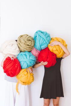 Ovillos gigantes para tejer con las manos y los brazos: arm knitting Arm Knitting, Crochet For Beginners, Lana, Arms, Ideas, Yarns, Tejidos, Round Pillow, School