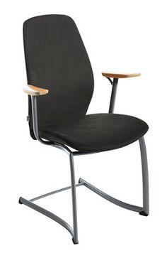 Een zeer comfortabele stoel met verende rugleuning en zitting voor extra hoog comfort. Plus[cv] is leverbaar in vier uitvoeringen: Met vier poten en armleuningen, met wielen en armleuningen, op slede-onderstel met of zonder armleuningen. Naast de standaard beklede rugleuning in stof of leder, kan optioneel ook gekozen worden voor de zwarte netweave rugbespanning . #Kinnarps #PlusCv #Stoelen
