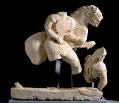 esculturas porcuna | Jinete desmontando de su caballo y atravesando con su lanza a un ...