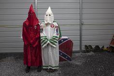 Los rostros bajo las capuchas: Anonymous identifica a mil miembros del Ku Klux Klan. | AdriBosch's Magazine