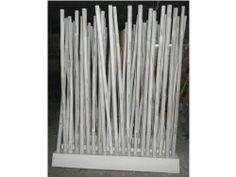 Deze Bamboo Room Divider bestaat uit een houten standaard, waarin 20 stokken geplaatst kunnen worden. Deze Bamboo Room Divider is voor zowel binnen als buiten te gebruiken om bijvoorbeeld ruimtes af te scheiden. Het gebruik van bamboe zorgt ervoor dat deze roomdivider zeer sterk is. In Azië wordt bamboe tot op heden zelfs gebruikt als steigerwerk en doet dit met veel glorie.  #Tuinaccessoires #Tuinideeën #Tuinidee #Tuinmeubelen #Tuinmeubel #Tuinmeubels