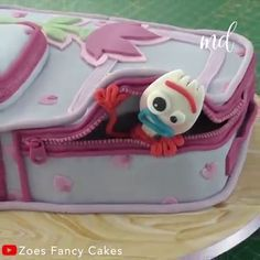 Toy Story 4 Forky birthday cake tutorial Is your kid a Toy Story fan? This is the best surprise for their birthday. Bolo Toy Story, Toy Story Cakes, Cake Decorating Videos, Cake Decorating Techniques, Toy Story Birthday Cake, Birthday Cupcakes, 50th Birthday, Festa Toy Store, Tsumtsum