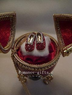 """Wizard of oz Musical Egg Ruby Slippers Necklace """"Somewhere Over The Rainbow"""" 