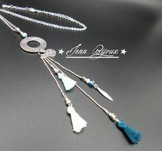 Sautoir pompon bleu blanc et métal argenté, connecteur rond, perles facettes, perles métal, breloque tibétain, chaîne : Collier par jenn-bijoux-fait-main