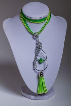 Ein Kettenanhänger in silber und grün mit einer Quaste und Shamballa Strasskugel