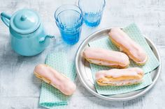 Deze minigebakjes van soezendeeg vul je met zoetromige mascarpone. Recept - Eclairs met aardbeienroom - Allerhande